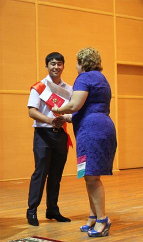 diplom8 - Колледж түлектеріне орта кәсіби білім жөніндегі диплом табысталды