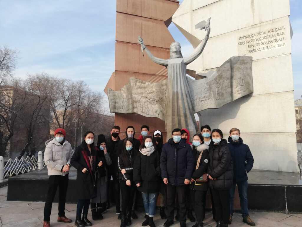 img 20201210 151414 1024x768 - Студенттер Тәуелсіздік монументіне барды
